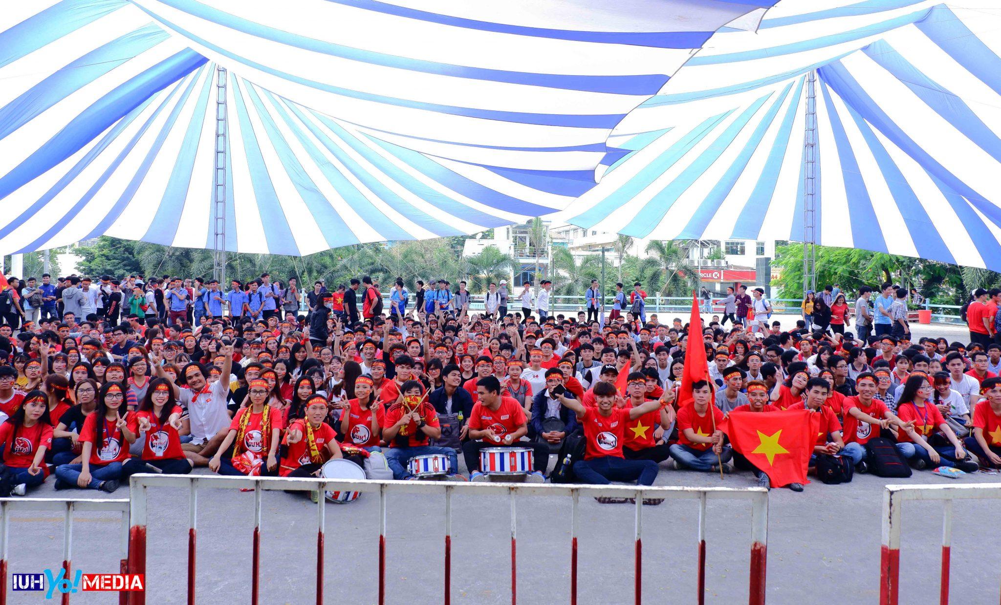 Sắc đỏ đã tràn về và bao trùm sân trường ĐH Công nghiệp TP.Hồ Chính Minh